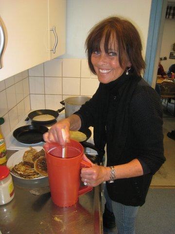 Eva Heibert brassar pannkakor